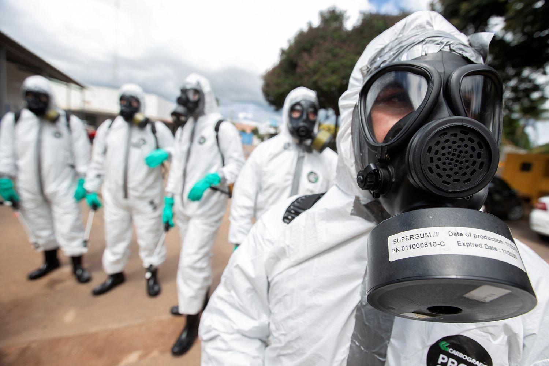 Agentes do Comando Conjunto Planalto e soldados realizam treinamento e desinfecção das Unidades Básicas de Saúde, na sexta-feira, em Brasília.