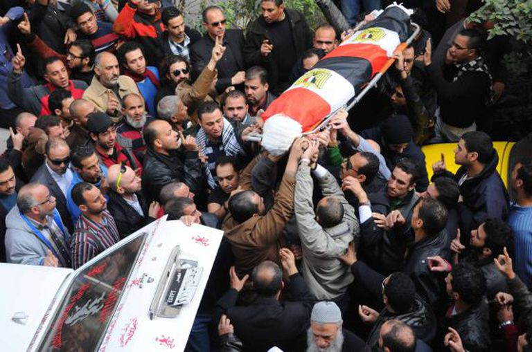 Enterro de Shaima al Sabbagh, líder política que morreu durante os protestos.