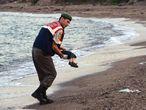 Un guardacostas turco recoge el cadaver de un niño ayer en Bodrum.