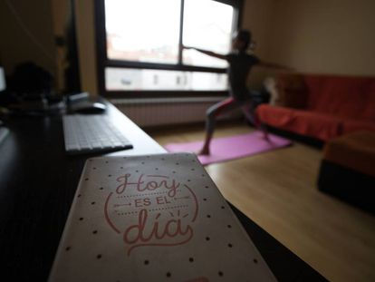 Mulher pratica yoga em Madri