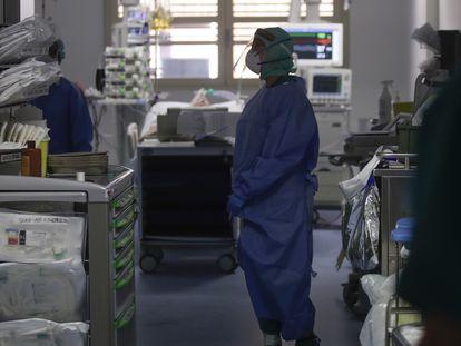 Médico trabalha em uma UTI da Itália.