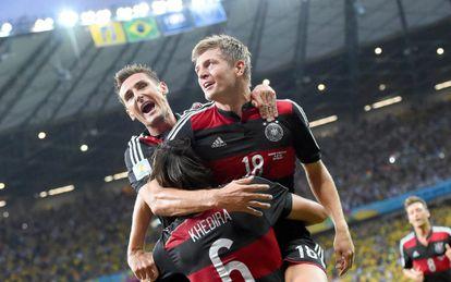 Klose, Kroos e Khedira comemoram um gol.