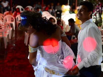 Gabriel parece nervoso antes do baile na cerimônia simbólica de casamento.