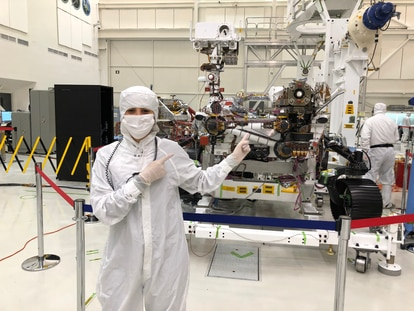 A cientista Diana Trujillo com o robô 'Perseverance'.