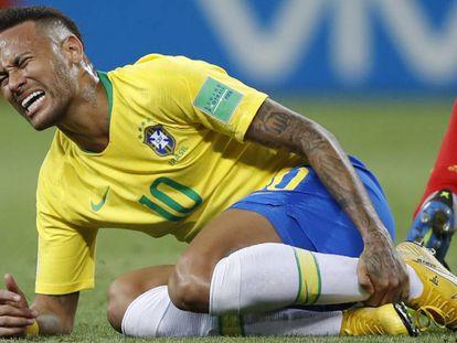 Neymar sente uma pancada contra a Bélgica.