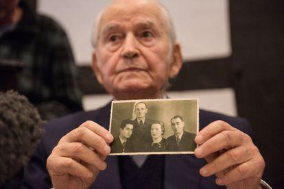 Leon Schwarzbaum, sobrevivente de Auschwitz, mostra uma fotografia de sua família, que morreu no campo nazista, nesta quinta-feira em uma coletiva de imprensa em Detmold.