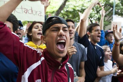 Jovens venezuelanos protestam em frente à Comissão Nacional de Telecomunicações.