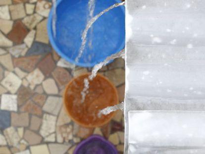 Baldes captam água da chuva em São Paulo.