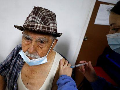Um homem recebe a vacina da AstraZeneca em Valparaíso, no Chile, nesta quarta-feira.