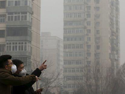 Dois homens usam máscaras protetoras contra a poluição em Pequim.