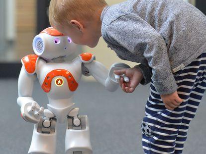 Menino tenta se comunicar com o robô Neo.