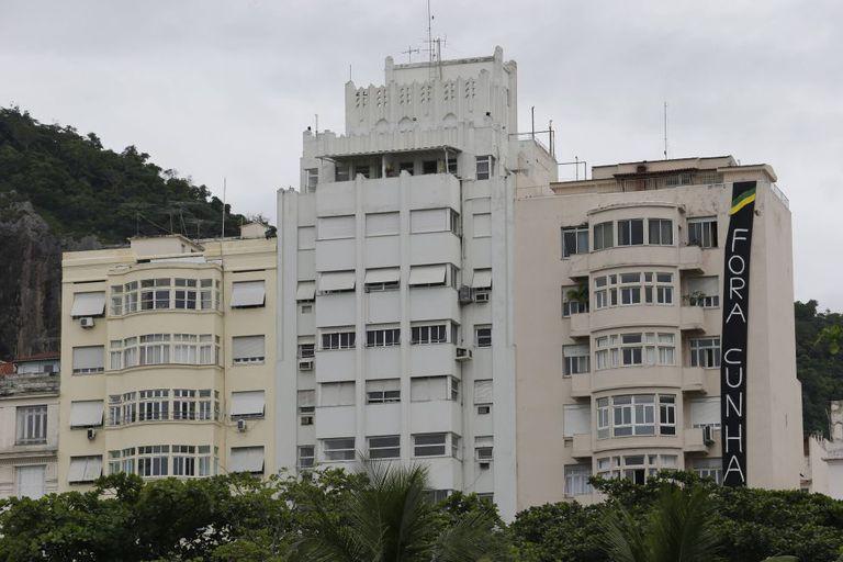 "Faixa de ""Fora Cunha"" gigante em Copacabana."