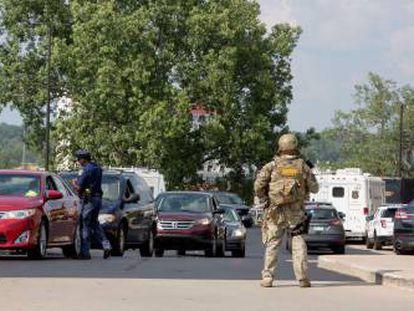 Forças de segurança de EUA depois do tiroteio de Saint Joseph (Michigan).