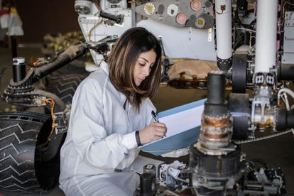 A engenheira aeroespacial colombiana Diana Trujillo estuda no laboratório da NASA os desenhos do jipe 'Perseverance'.