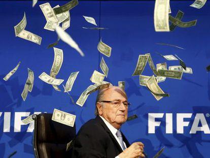 Blatter rodeado de notas falsas.