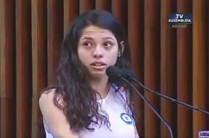A estudante Ana Julia, 16 anos, ao discursar na Assembleia Legislativa do Paraná.