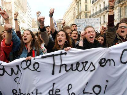 Milhares de jovens saem às ruas em Paris. AP