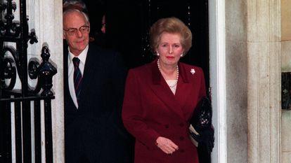 Margaret Thatcher abandona o número 10 de Downing Street, Londres, acompanhada por seu marido em 28 de novembro de 1990.