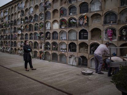 Membro da família de uma pessoa morta de coronavírus assiste ao enterro em Barcelona, no sábado, 18 de abril.