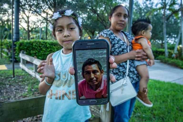 Janne mostra na quarta-feira a foto do pai, preso no Texas; atrás dela sua mãe, Buenaventura, carrega seu irmão em Homestead.