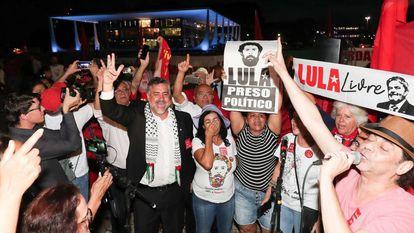 Simpatizantes de Lula comemoram na frente dp STF.
