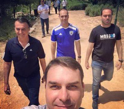 Flavio Bolsonaro faz selfie com o pai, Jair (à esquerda) e a família, durante campanha.