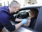 Saint-jean-de-vedas (France), 13/04/2021.- Medical personnel vaccinates a driver in his car in the first drive-thru Covid-19 vaccination center in France, dubbed a 'Vaccidrive', where medical staff administer vaccine injections against Covid-19 to patients inside their vehicle, outside the clinic of Saint-Jean-de-Vedas near Montpellier, in southern France, 13 April 2021. (Abierto, Francia) EFE/EPA/GUILLAUME HORCAJUELO