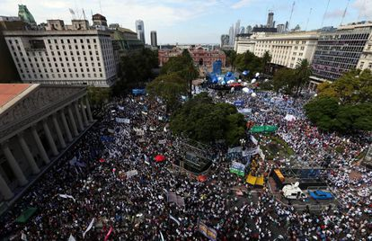 Dezenas de milhares de docentes se manifestam na Plaza de Mayo contra a política educacional de Mauricio Macri.