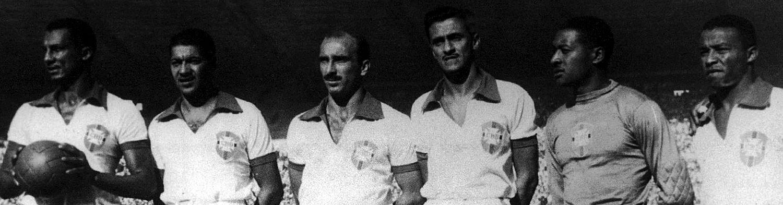 Juvenal (segundo da esq. para a dir.), Barbosa e Bigode (os dois últimos da direita) com o time de 1950.