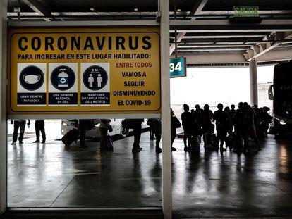 Pessoas transitam em terminal rodoviário na segunda-feira, em Buenos Aires.