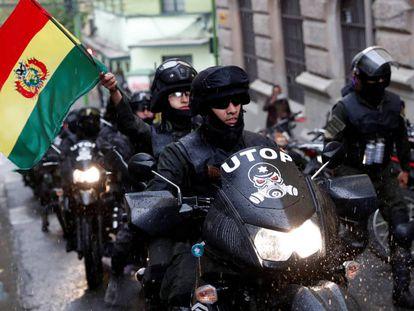Policiais durante um protesto contra Evo Morales, no sábado, em La Paz.