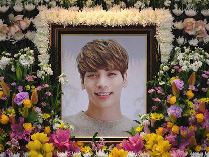 Altar dedicado a Kim Jong-Hyun, cantor da Shinee, por sua morte.