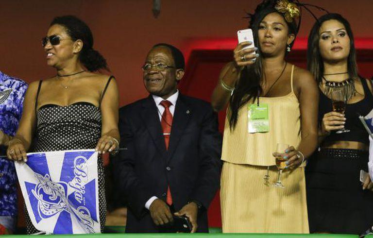 Obiang, o presidente da Guiné Equatorial, assiste ao desfile da Beija Flor, no sambódromo do Rio.