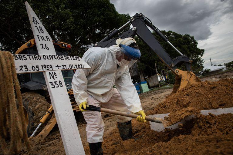 Novas covas são abertas no cemitério público de Manaus na quarta-feira, 27 de janeiro, para enterrar novas vítimas da covid-19.