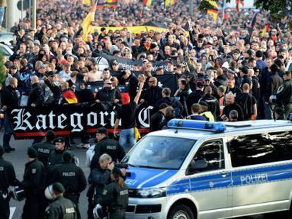 Grupos de ultradireita se manifestam contra o islamismo radical.