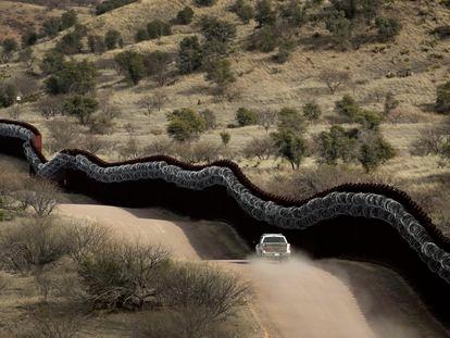 O muro fronteiriço em Nogales, no Arizona, em uma imagem de arquivo.
