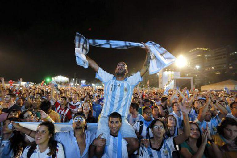 Argentinos celebram em Copacabana a vaga na final.