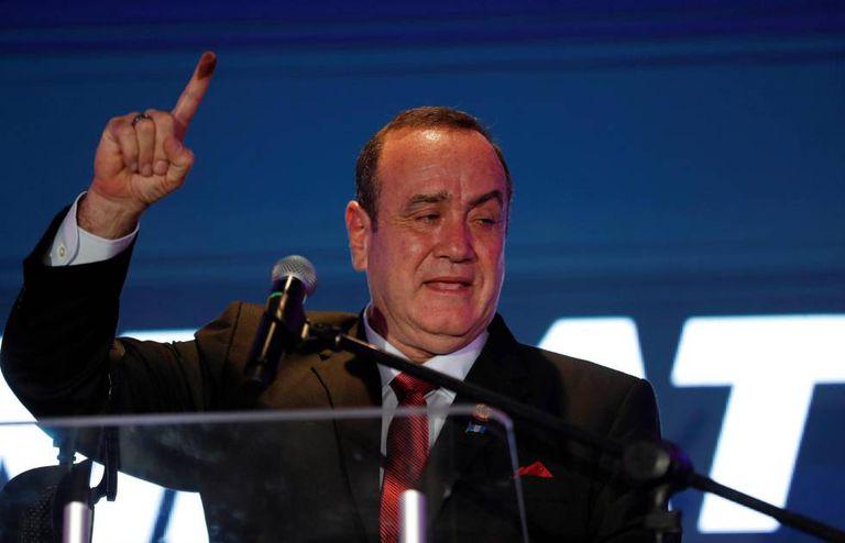 Alejandro Giammattei comemora a vitória no domingo, na Guatemala.