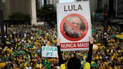 Seguidor de Bolsonaro com um cartaz contra Lula, domingo passado, em São Paulo