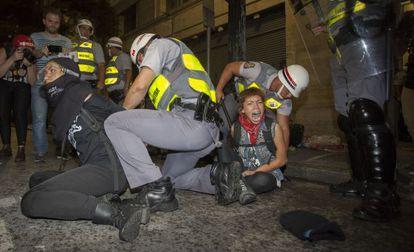Manifestantes são presos em um ato contra a Copa, em São Paulo, em 22 de fevereiro.