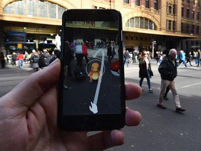 Uma pessoa jogando ao novo 'Pokemon Go' em Melbourne.