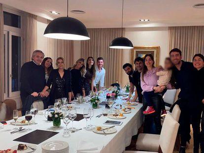 O presidente da Argentina, Alberto Fernández (à esquerda), posa com uma dúzia de outros convidados durante a festa de aniversário de sua esposa, Fabiola Yáñez (a terceira a partir da esquerda), em 14 de julho de 2020.