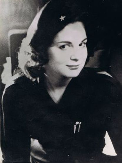 MARITA LORENZ, COM O UNIFORME DO MOVIMENTO 26 DE JULIO, EM 1959.