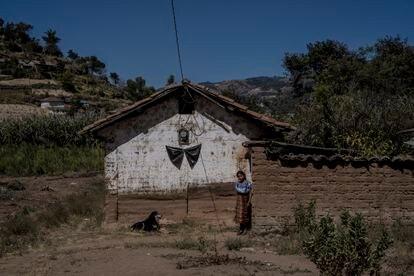 Uma faixa preta está pendurada na casa da família de Edgar López y López na aldeia de Chicajalaj.
