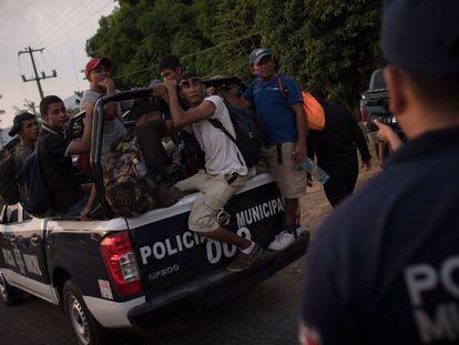 Um grupo de migrantes é levado pela Polícia Municipal em Chiapas.