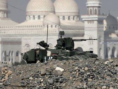Veículo militar em frente ao palácio presidencial iemenita.