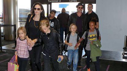 Brad Pitt e Angelina Jolie no aeroporto com seus filhos Pax, Maddox, Vivienne, Zahara, Knox e Shiloh em junho de 2015.