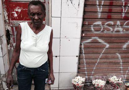 Zilda em frente ao bar onde seu filho foi morto.