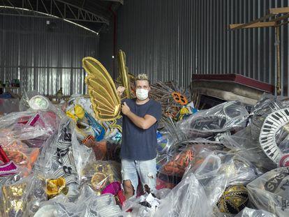 Gabriel Melo, diretor de Carnaval do Vai-Vai, em meio a uma pilha de fantasias de anos anteriores.