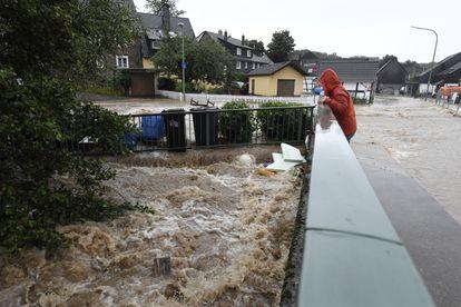 Morador da localidade de Balken, em Leichlingen, Alemanha, observa a enchente de um rio nesta quinta-feira. Em vídeo, imagens das inundações e a destruição ocasionada.